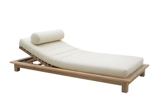 Picture of sunlounger with wheels from side